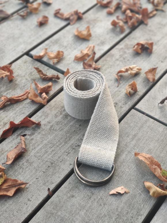 Schlichter Hanf Gurt mit D-Ringen aus Messing zwischen Blättern