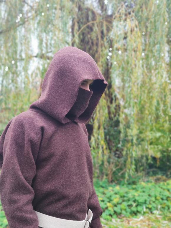 Waldläufer mit Maske und Kapuze