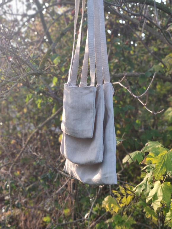Drei minimalistische Umhängetaschen mit simplem Schnitt aus Hanf