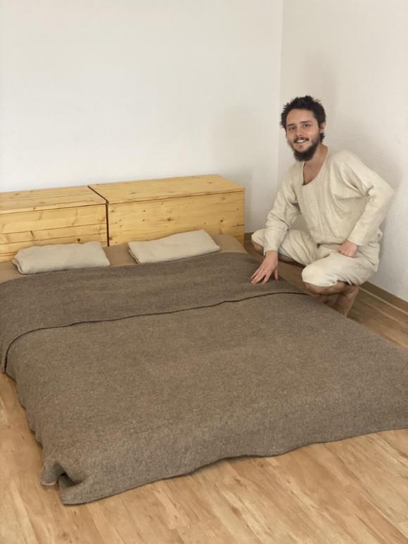 Adrean präsentiert sein simples, selbst gebautes Holz Bett.