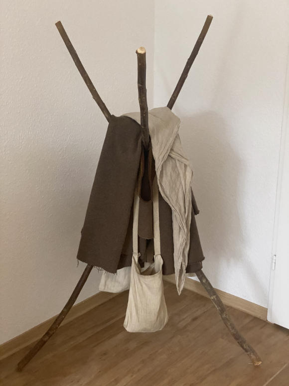 Minimalistischer Kleiderständer in Form von Dreibein aus Stöcken