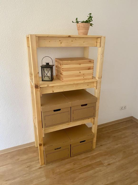 Schönes und schlichtes selbst gebautes Holzregal