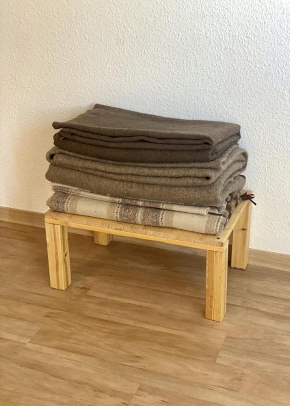 Kleines, selbst gebautes Tischchen mit Wolldecken